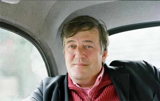 Stephen Fry dará vida a Mycroft Holmes en 'Sherlock Holmes'